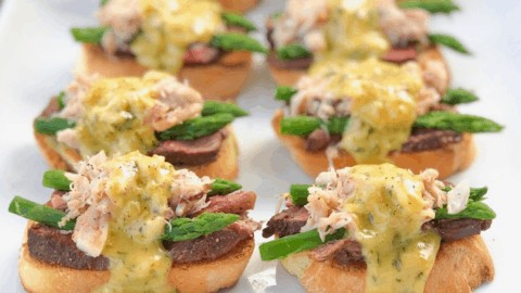 Filet oscar crostini appetizer! A fancy and classy party appetizer! Great for a crowd or your next holiday party. Finger food and bite sized appetizer. Mini elegant hors d'oeuvres that everyone will love! #filet #appetizer #crostini