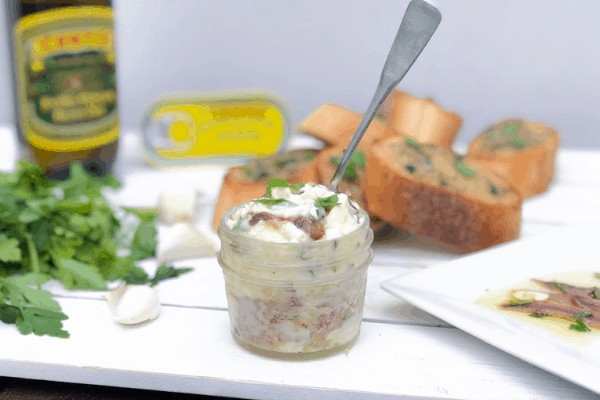 Butter bread spread with roasted garlic!