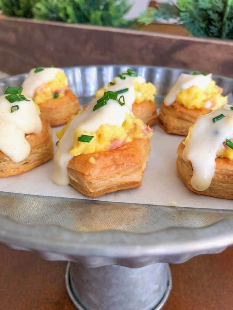 puff pastry tarts with eggs and ham